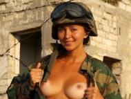 【画像】おっぱい出してる女兵士wwwwww