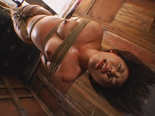 【※チンピク注意※】全裸で宙に浮いてる女性が激写されるwwwwwwwwwwwwwwwwwwwwww(画像あり)・1枚目
