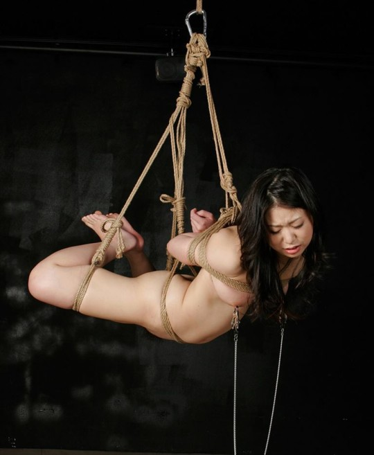 【※チンピク注意※】全裸で宙に浮いてる女性が激写されるwwwwwwwwwwwwwwwwwwwwww(画像あり)・18枚目