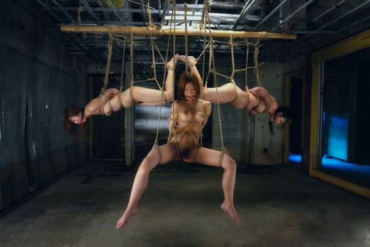 【※チンピク注意※】全裸で宙に浮いてる女性が激写されるwwwwwwwwwwwwwwwwwwwwww(画像あり)・22枚目