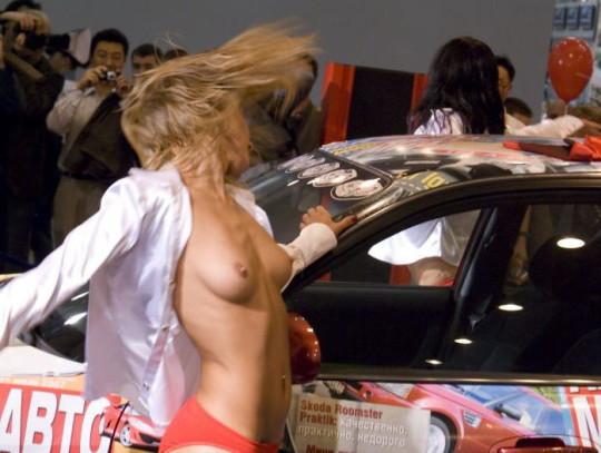【※ボッキ注意※】海外のモーターショーという名の露出退会がヤリ過ぎで草wwwwwwwwwwwwwwwwwww(画像あり)・1枚目