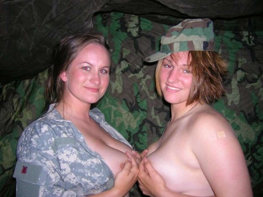 【※本物限定※】リアル女兵士のおふざけ悪ノリ画像がエロ杉て勃起不可避wwwwwwwwwwwwwww(画像28枚)・12枚目