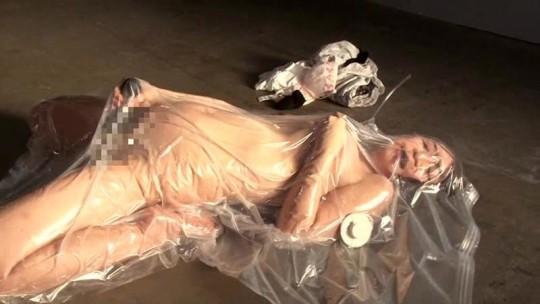 【※草不可避※】美人な彼女を布団圧縮袋に入れて空気抜いた時のご尊顔wwwwwwwwwwwwwwwww(画像あり)・14枚目