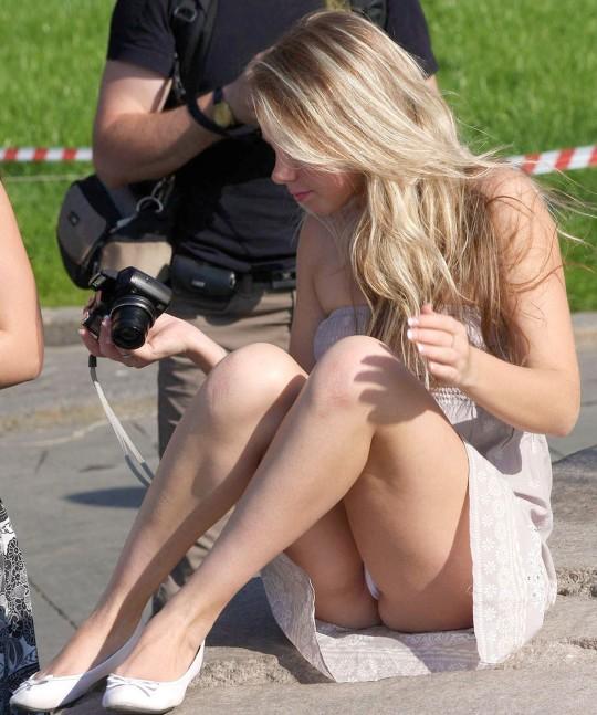 【※神業※】撮影者のパンチラを撮影するヤツwwwwwwwwwwwwwwwwwwwwwwwwwwwwww(画像あり)・20枚目