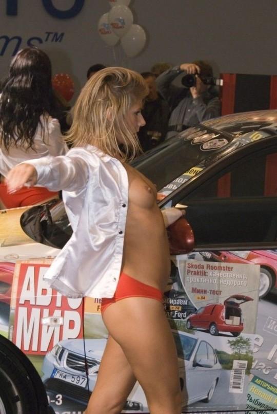 【※ボッキ注意※】海外のモーターショーという名の露出退会がヤリ過ぎで草wwwwwwwwwwwwwwwwwww(画像あり)・2枚目
