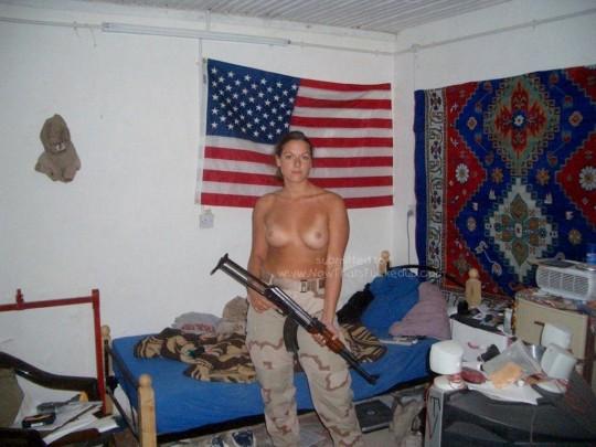 【※本物限定※】リアル女兵士のおふざけ悪ノリ画像がエロ杉て勃起不可避wwwwwwwwwwwwwww(画像28枚)・23枚目