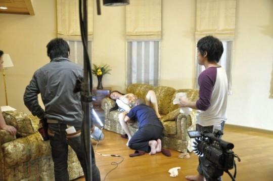 【※ボッキ注意※】「AV撮影現場」を遠巻きにコッソリ撮るの楽しすぎクソワロタwwwwwwwwwwwwww(画像あり)・24枚目