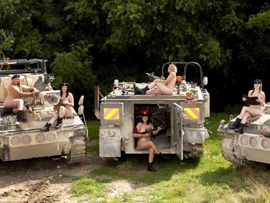 【※本物限定※】リアル女兵士のおふざけ悪ノリ画像がエロ杉て勃起不可避wwwwwwwwwwwwwww(画像28枚)・28枚目