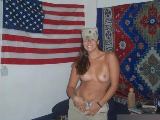 【※本物限定※】リアル女兵士のおふざけ悪ノリ画像がエロ杉て勃起不可避wwwwwwwwwwwwwww(画像28枚)・27枚目