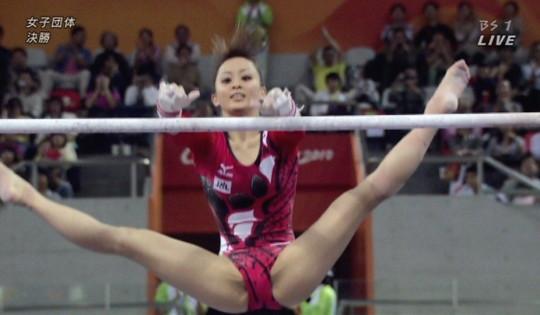 【※画像あり※】体操選手の悲劇あるある、、、コレおまんこ見えてるwwww自殺レベルwwwwwwwwwwwwwww・16枚目