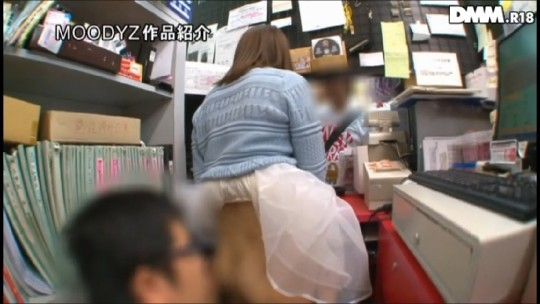 【※衝撃※】コンビニの商品陳列棚の影でセクースする女wwwwwwwwwwwwwwwwwwwww(画像あり)・14枚目