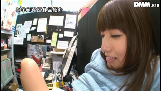 【※衝撃※】コンビニの商品陳列棚の影でセクースする女wwwwwwwwwwwwwwwwwwwww(画像あり)・16枚目