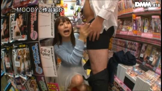 【※衝撃※】コンビニの商品陳列棚の影でセクースする女wwwwwwwwwwwwwwwwwwwww(画像あり)・3枚目