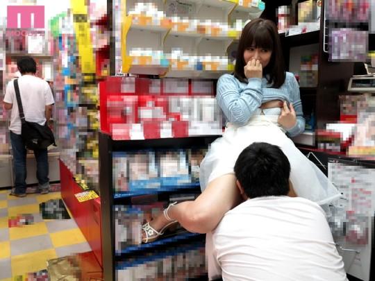 【※衝撃※】コンビニの商品陳列棚の影でセクースする女wwwwwwwwwwwwwwwwwwwww(画像あり)・5枚目