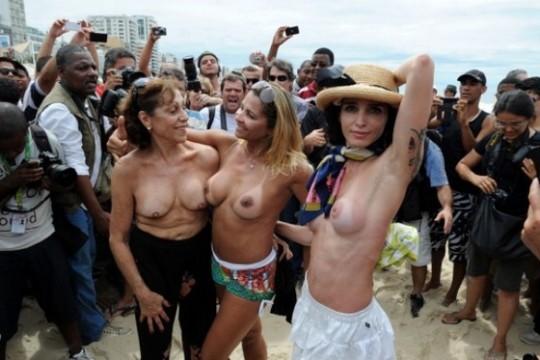 【ボッキ注意】アメリカ人女性の 「何かに憤ると脱いで抗議する」 という習性ステキ杉。(画像29枚)・4枚目