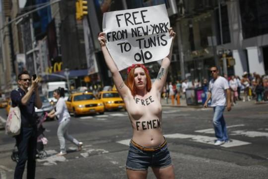 【ボッキ注意】アメリカ人女性の 「何かに憤ると脱いで抗議する」 という習性ステキ杉。(画像29枚)・6枚目