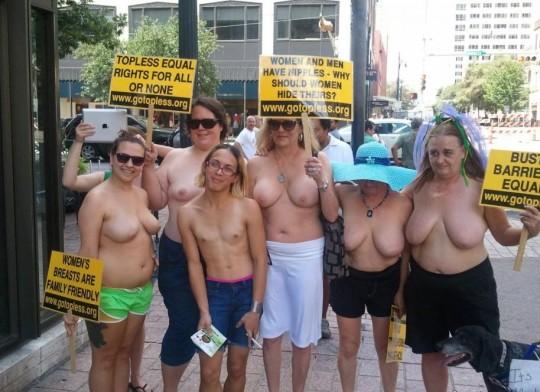 【ボッキ注意】アメリカ人女性の 「何かに憤ると脱いで抗議する」 という習性ステキ杉。(画像29枚)・8枚目