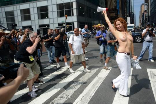 【ボッキ注意】アメリカ人女性の 「何かに憤ると脱いで抗議する」 という習性ステキ杉。(画像29枚)・11枚目