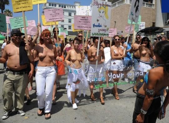 【ボッキ注意】アメリカ人女性の 「何かに憤ると脱いで抗議する」 という習性ステキ杉。(画像29枚)・12枚目