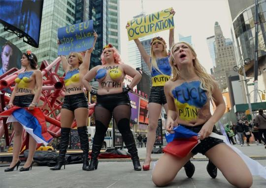 【ボッキ注意】アメリカ人女性の 「何かに憤ると脱いで抗議する」 という習性ステキ杉。(画像29枚)・14枚目