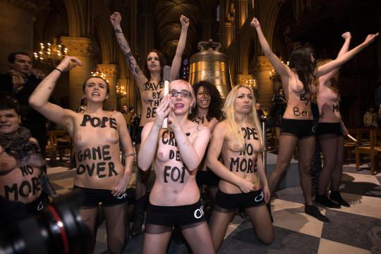 【ボッキ注意】アメリカ人女性の 「何かに憤ると脱いで抗議する」 という習性ステキ杉。(画像29枚)・15枚目