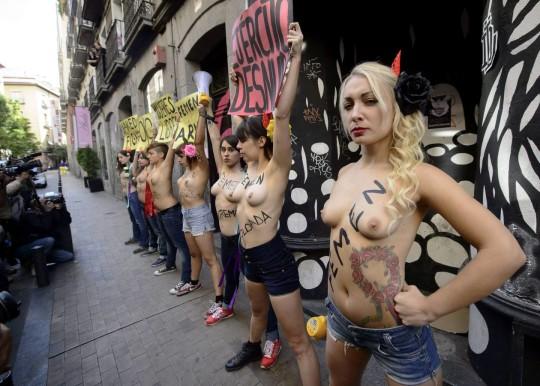 【ボッキ注意】アメリカ人女性の 「何かに憤ると脱いで抗議する」 という習性ステキ杉。(画像29枚)・18枚目