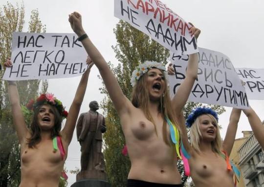【ボッキ注意】アメリカ人女性の 「何かに憤ると脱いで抗議する」 という習性ステキ杉。(画像29枚)・21枚目