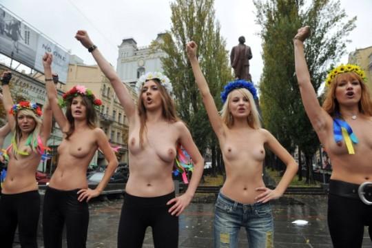 【ボッキ注意】アメリカ人女性の 「何かに憤ると脱いで抗議する」 という習性ステキ杉。(画像29枚)・22枚目
