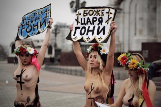 【ボッキ注意】アメリカ人女性の 「何かに憤ると脱いで抗議する」 という習性ステキ杉。(画像29枚)・25枚目