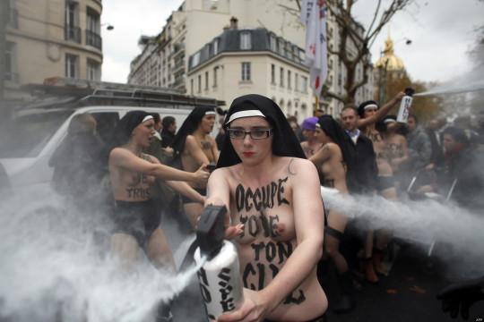 【ボッキ注意】アメリカ人女性の 「何かに憤ると脱いで抗議する」 という習性ステキ杉。(画像29枚)・26枚目