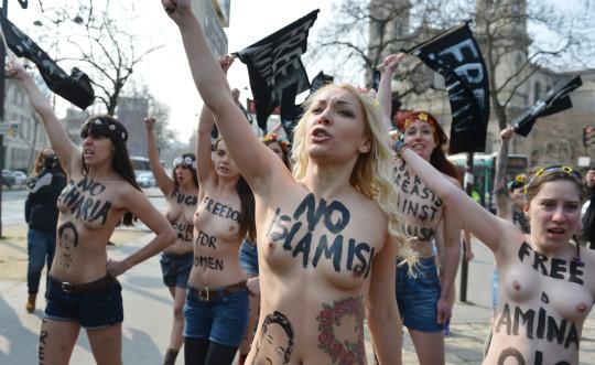 【ボッキ注意】アメリカ人女性の 「何かに憤ると脱いで抗議する」 という習性ステキ杉。(画像29枚)・28枚目