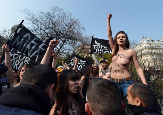 【ボッキ注意】アメリカ人女性の 「何かに憤ると脱いで抗議する」 という習性ステキ杉。(画像29枚)・27枚目