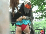 【GIF】街で突然性的イタズラされたときの女性の反応がコチラwwwwwwwwwwwwwwwwww(22枚)