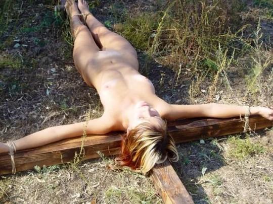 【※胸糞注意】奴隷市場で買われた女性の管理方法 in 野外(※画像21枚)・4枚目