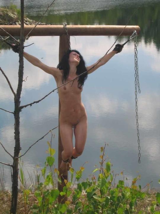 【※胸糞注意】奴隷市場で買われた女性の管理方法 in 野外(※画像21枚)・5枚目