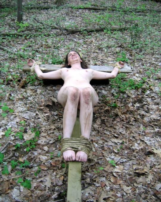 【※胸糞注意】奴隷市場で買われた女性の管理方法 in 野外(※画像21枚)・6枚目