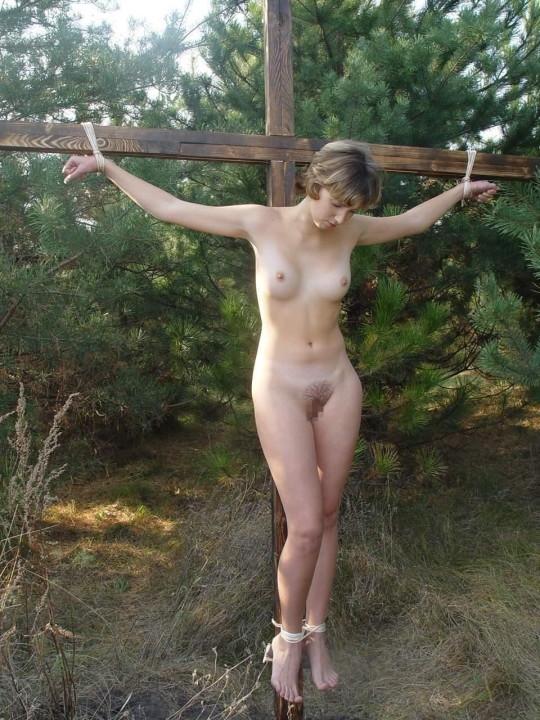 【※胸糞注意】奴隷市場で買われた女性の管理方法 in 野外(※画像21枚)・8枚目