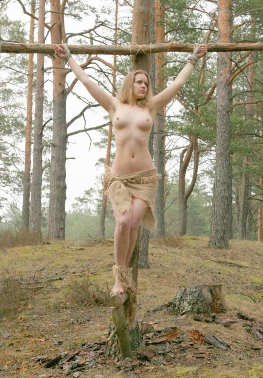 【※胸糞注意】奴隷市場で買われた女性の管理方法 in 野外(※画像21枚)・9枚目