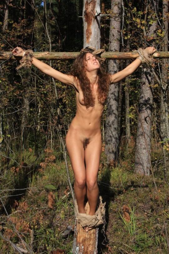【※胸糞注意】奴隷市場で買われた女性の管理方法 in 野外(※画像21枚)・13枚目