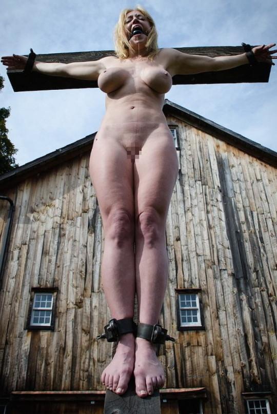 【※胸糞注意】奴隷市場で買われた女性の管理方法 in 野外(※画像21枚)・14枚目