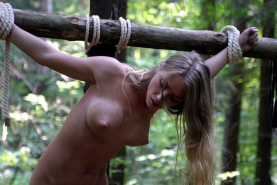 【※胸糞注意】奴隷市場で買われた女性の管理方法 in 野外(※画像21枚)・19枚目