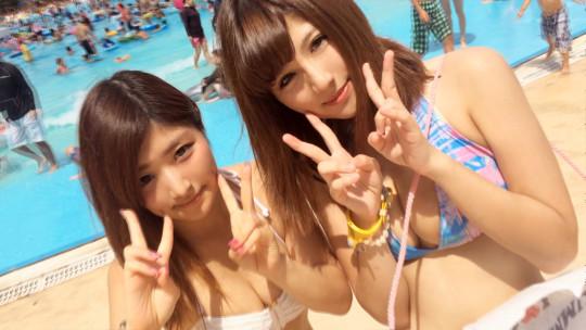 【※ハメ撮り注意】ダメ元でプールで美人二人組に勇気を出して凸した結果wwwwwwwwwwwwwwwwwwww(画像あり)・1枚目