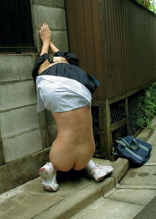 【※イジメ・胸糞注意※】通学路でスカート巾着で半裸にされてるJCが撮影される・・・(画像あり)・13枚目