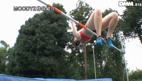 【★下衆注意★】陸上走り高跳び記録保持者の長身女性アスリートが競技マットの上でAVデビュー(画像あり)・5枚目
