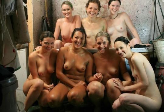 【※異文化】陽気な米国人女性が集合写真を撮る際の『正装』がコチラwwwwwwwwwwwwwwwwwwwwww(画像22枚)・1枚目