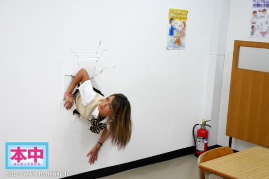【※草不可避】ヤンキー女「ああ!壁にハマって出られない!!」 →結果wwwwwwwwwwwwwww(画像あり)・1枚目