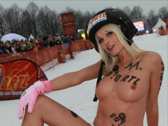 【※基地外】ドイツの『裸ソリ選手権』とかいう大露出狂イベントwwwwwwwwwwwwwwwwwwwwwww(画像あり)・2枚目