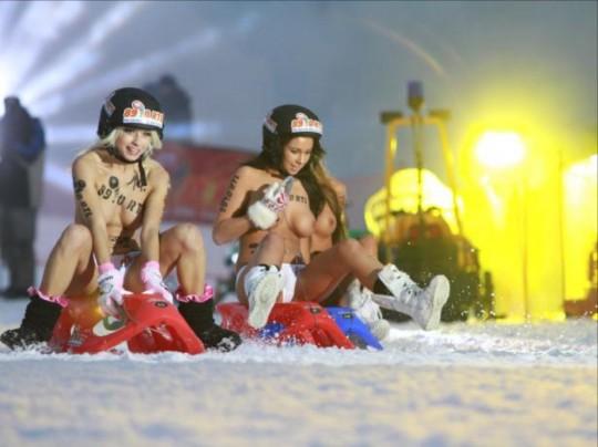【※基地外】ドイツの『裸ソリ選手権』とかいう大露出狂イベントwwwwwwwwwwwwwwwwwwwwwww(画像あり)・6枚目
