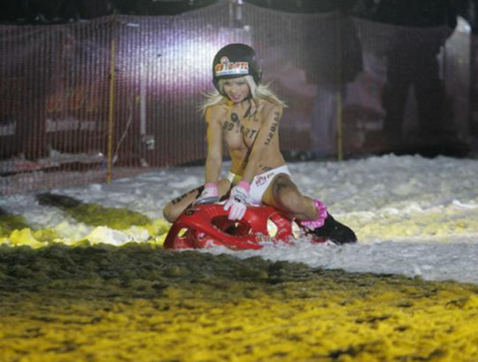 【※基地外】ドイツの『裸ソリ選手権』とかいう大露出狂イベントwwwwwwwwwwwwwwwwwwwwwww(画像あり)・8枚目