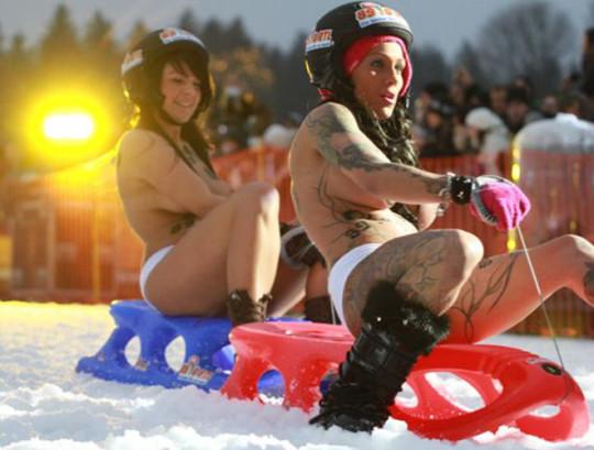 【※基地外】ドイツの『裸ソリ選手権』とかいう大露出狂イベントwwwwwwwwwwwwwwwwwwwwwww(画像あり)・9枚目